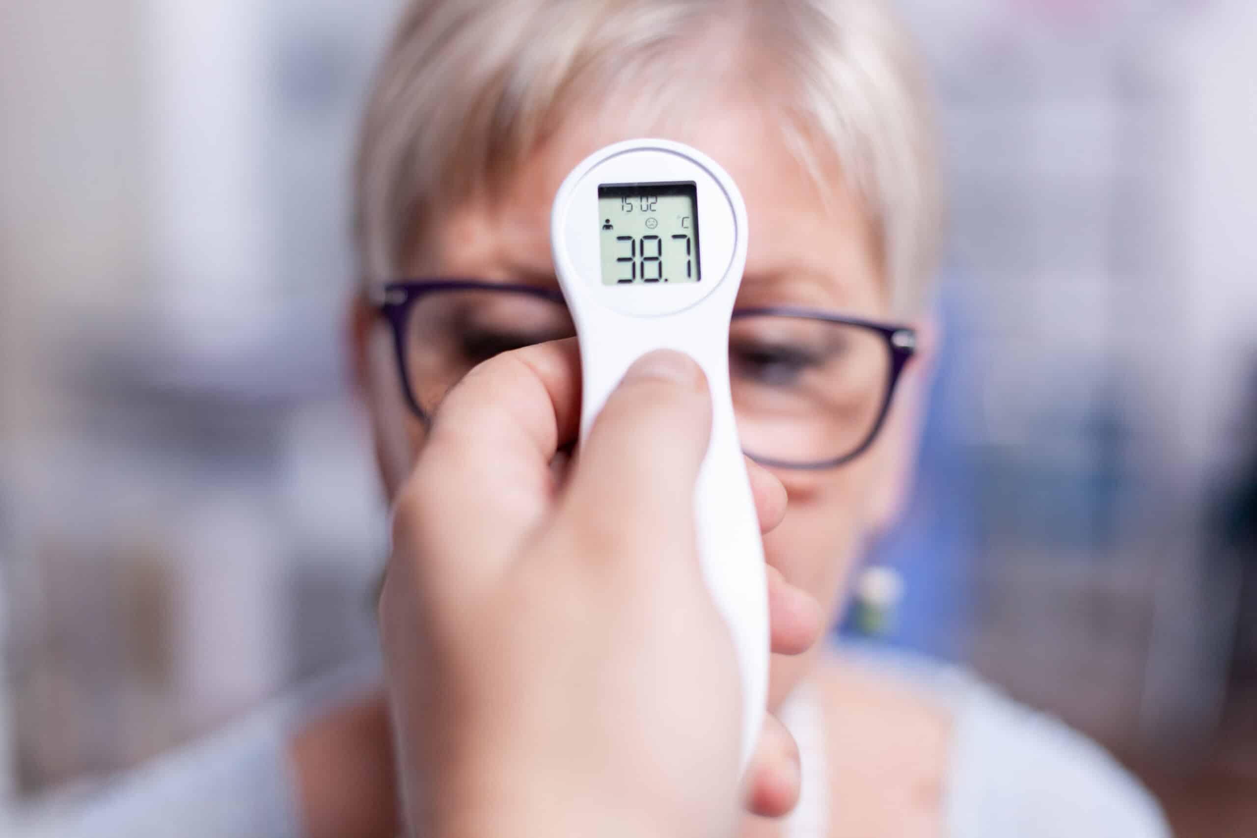 เครื่องวัดอุณหภูมิทางหน้าผาก คืออะไร เครื่องวัดอุณหภูมิทางหน้าผาก คือ อุปกรณ์ทางการแพทย์ที่ใช้ในการตรวจวัดอุณหภูมิของร่างกาย หรือใช้สำหรับการวัดไข้ โดยเครื่องวัดไข้ทางหน้าผากจะใช้ระบบอินฟราเรด เพื่อตรวจวัดคลื่นความร้อนที่แผ่ออกมาจากบริเวณหน้าผาก แล้วนำมาแปรผลเป็นตัวเลขอุณหภูมิของร่างกาย สามารถนำผลที่ได้ไปใช้วินิจฉัยความเสี่ยงในการเกิดโรค และประเมินอาการเบื้องต้นของผู้ที่ติดเชื้อโควิด-19 ได้ โดยในการใช้งานเพียงแค่จ่อตัวเครื่องที่ผิวหนังบริเวณหน้าผาก ก็จะสามารถวัดอุณหภูมิได้โดยไม่ต้องสัมผัสกับร่างกาย แถมยังใช้เวลาในการวัดน้อยเพียงแค่ 1 – 2 วินาทีเท่านั้น จึงช่วยให้สามารถวัดอุณหภูมิของร่างกายได้อย่างรวดเร็ว รวมถึงยังช่วยลดโอกาสในการแพร่เชื้อโรคจากการใช้งานต่อกันได้อีกด้วย